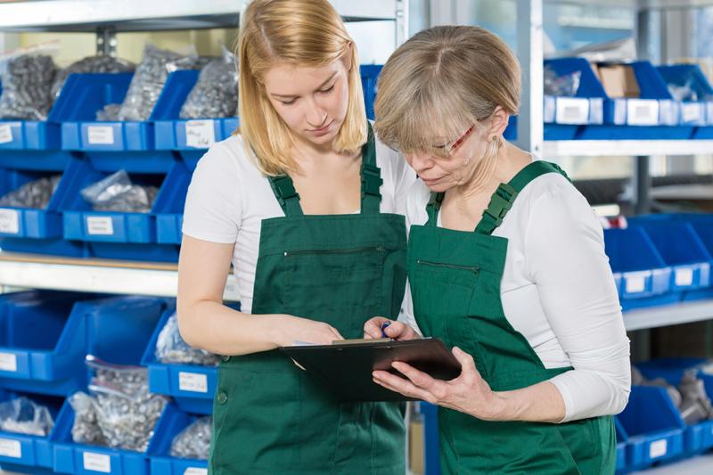 warehouse-workers-ladies-ipad-training